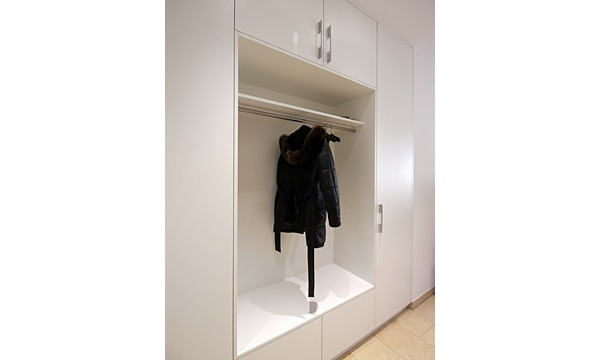 dielenschrank mit offener garderobe von boldt innenausbau. Black Bedroom Furniture Sets. Home Design Ideas