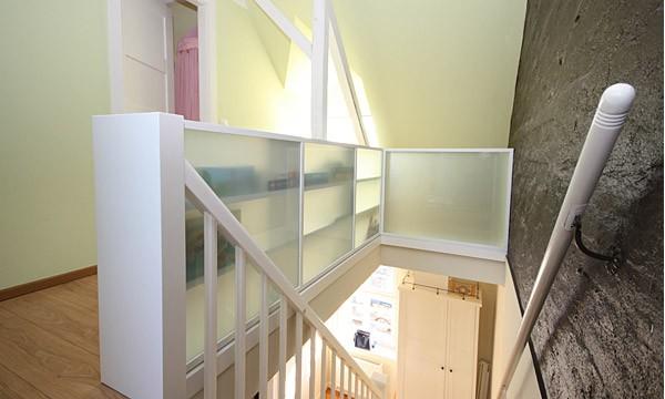 Treppenbrüstung regal als treppengeländer exklusiv bei boldt innenausbau in leipzig